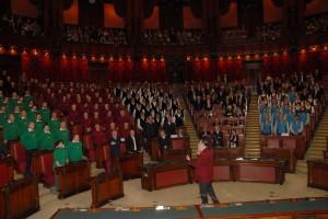 Il ns maestro dirige tutti i cori nell'esecuzione della Montanara